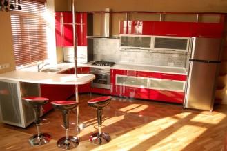 Площадь кухни: 23 м2 Материал фасадов: МДФ крашеный Материал столешницы: искусственный камень