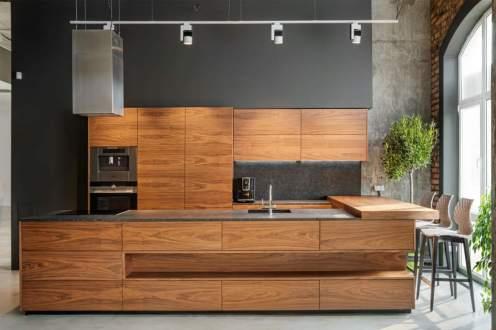 Площадь кухни: 30 м2 Материал фасадов: натуральный шпон Материал столешницы: керамика