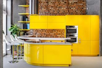 Площадь кухни: 30 м2 Материал фасадов: МДФ крашеный Материал столешницы: искусственный камень